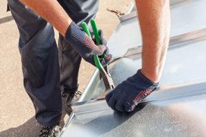 Couvreur zingueur intervenant sur une toiture en zinc