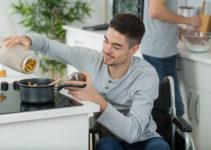 Homme en fauteuil cuisinant