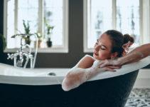 femme détendue dans sa baignoire îlot