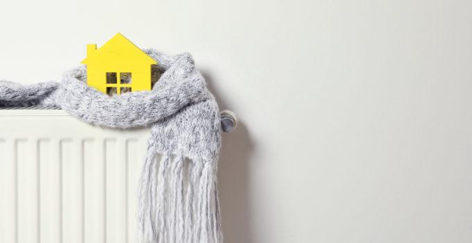 maison jaune enroulée dans une écharpe