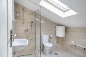 Petite salle d'eau claire