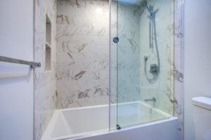 Baignoire avec pare-baignoire