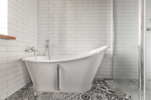 Baignoire rétro et carrelage briques blanches