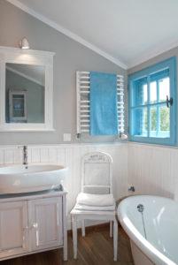 Petite salle de bains avec carrelage à mi-hauteur