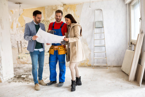 couple et constructeur regardant des plans